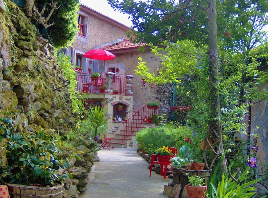 Charming little house in chestnut forests. Private location in the village.