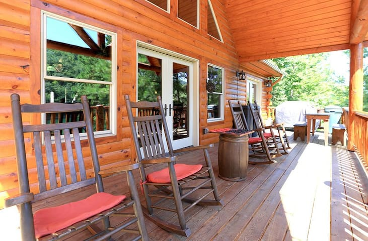 Lakefront Luxury Log Home by Smoky Mtns Ntl Park - Robbinsville - House
