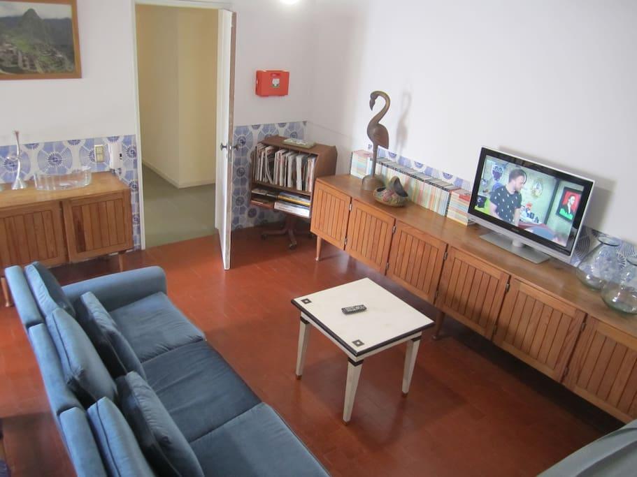 Sala de estar/ televisão comum/ biblioteca