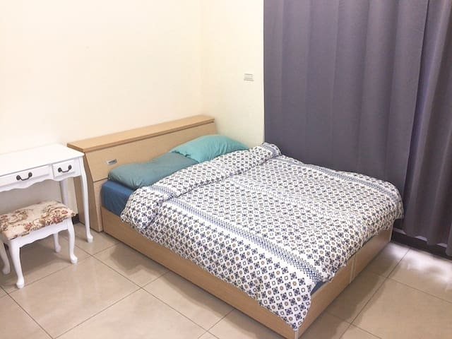 5 Mins Walk from MRT / King Size Double Room