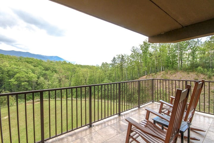 Inviting condo w/ a gas fireplace, full kitchen, & balcony w/ mountain views