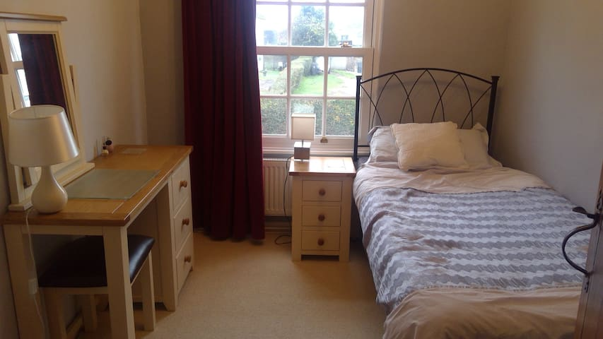 Single spare room - 10 mins from Stansted Airport