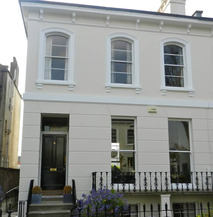 A luxurious apartment close to Cheltenham town