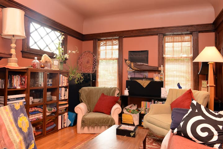Detroit-Fab Location- Historic Home with Vibe
