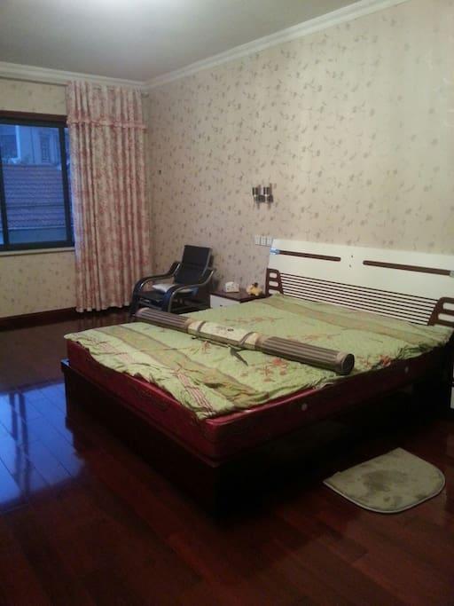 这房间平常没人住  是家里最大的房间  带有独立卫生间