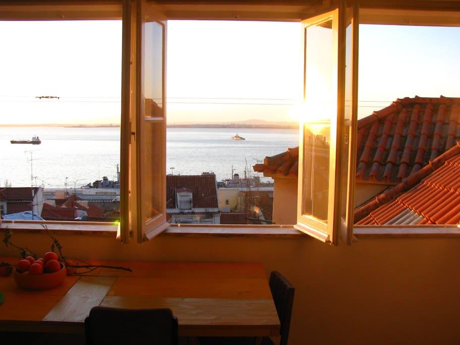 vue magnifique sur le fleuve appartement calme sous le toit appartements louer lisbonne. Black Bedroom Furniture Sets. Home Design Ideas