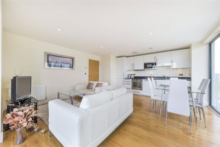 Incredible 2 Bed Apt with Views near Canary Wharf