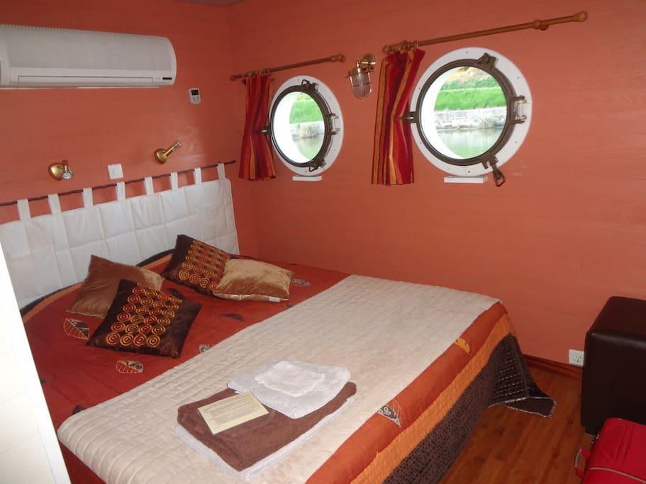 Cabine Sahara. Lit grand confort, WC,climatisation, salle d'eau. Vue canal du midi