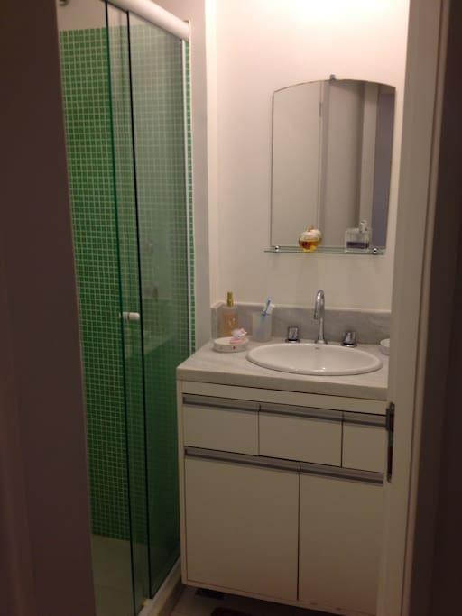 Banheiro completo com sanitário, ducha higiênica, água quente.