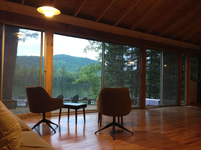 Waterfront camp on pristine lake - Lancaster - Huis