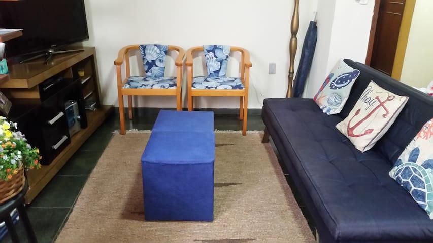 Sala com sofá cama.