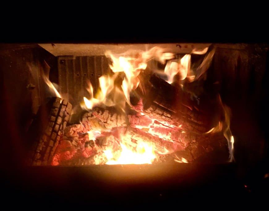 La chimenea da vida y calor a toda la casa. The fireplace gives a central focus of light and warmth.