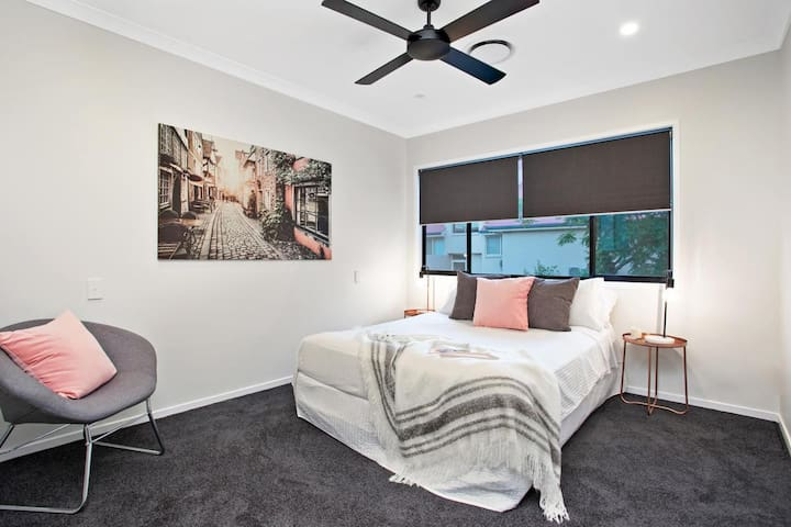 Stylish and modern, private and close to shops - Clayfield - 一軒家