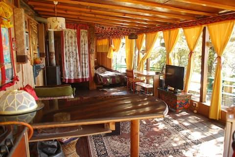 Fang's Den, Landour:Wooden Cabin with private deck