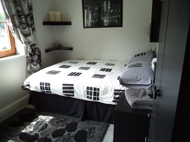 double room in leafy suburb leeds 8 - Leeds - House