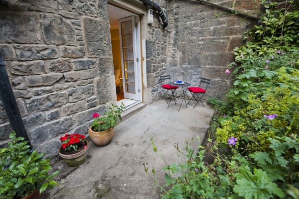 Lovely quiet secluded garden in the heart of the city