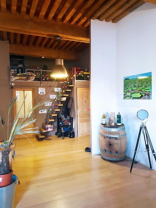 L'entrée et l'escalier menant à la petite mezzanine