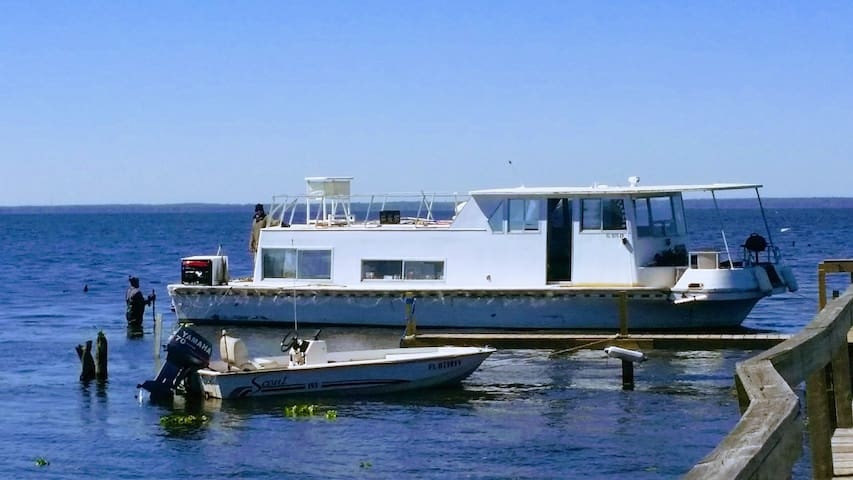 The Houseboat: 2 bed, 1 bath, A/C & Sleeps up to 6 - Seville - Rumah