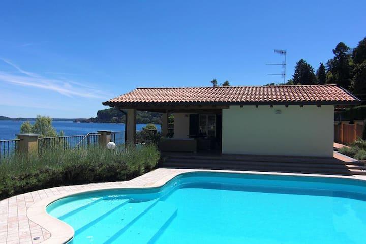 Luxuriöse Villa mit privatem Pool in Meina Italien