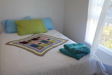Sunny & Renovated Room with Views - Wellington - Apartmen