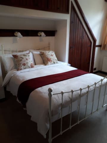 Light, airy room 10 minutes from Gatwick Airport