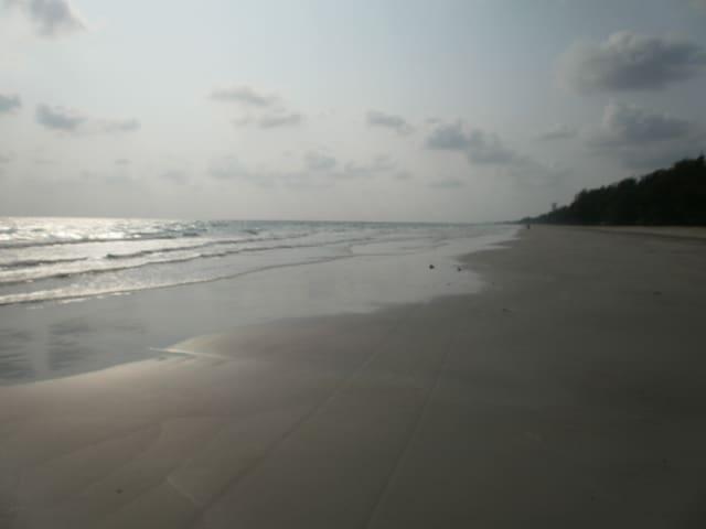 Pieni condo  meren rannassa.