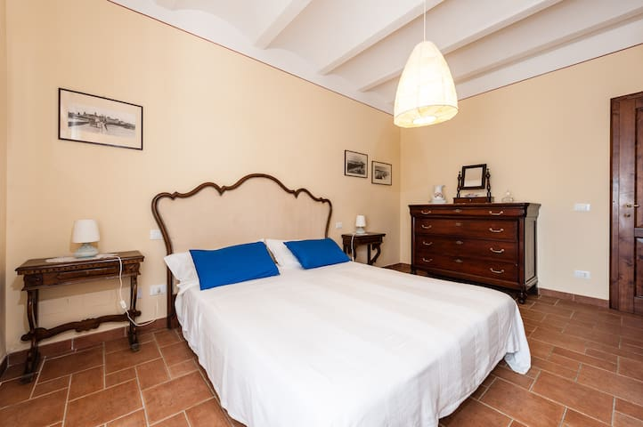 ...con arredamenti tipici... / ...with traditional furnitures...