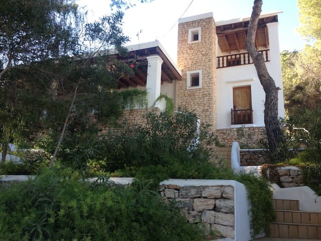 Nice room in a beautiful house - Santa eulalia del río - House
