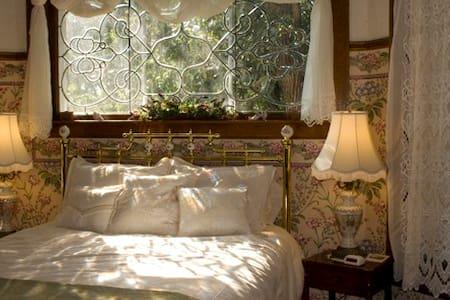 Dakotah Rose Bed & Breakfast / The Victorian Suite - Minot