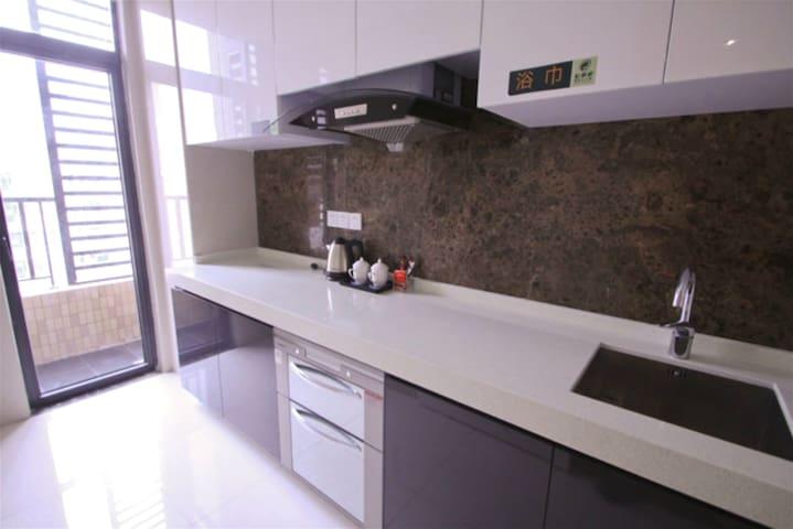 公园旁边,地铁附近的1.8米宽的舒适大床的高层公寓 - Foshan - Appartement