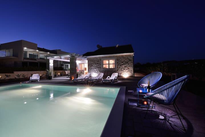 Stone Villa with private pool **** 3 bdr,sea front - Sukošan - Villa