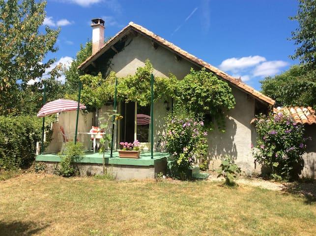 Vrijstaand huisje/Gite/Cottage,  tuin/jardin prive - Bonnes - Hytte