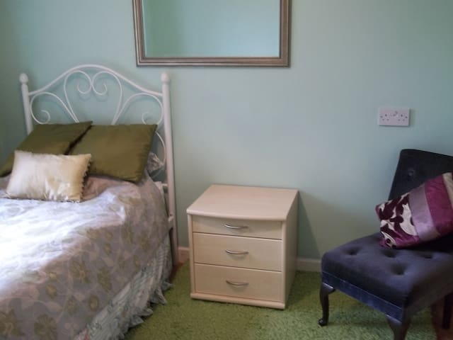Single room, En-suite, free parking,  Cardiff