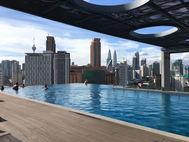 [吉隆坡双子塔] 无边泳池夜景套房