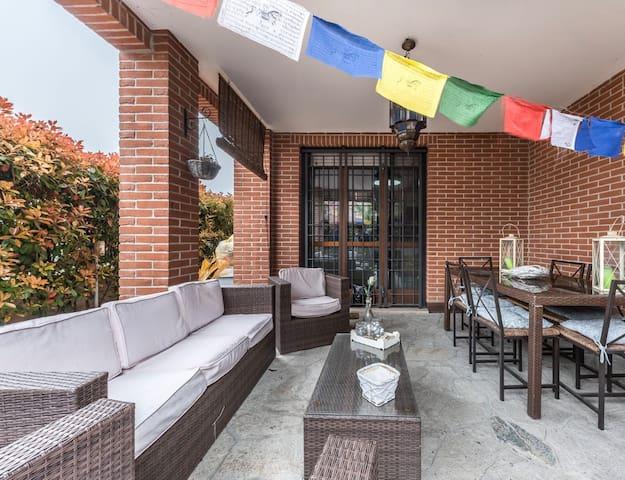 Spazioso appartamento con giardino e porticato