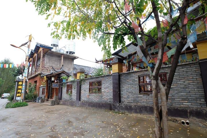 瀘沽湖草海別院 (一樓帶陽台標間) - Liangshan - Bed & Breakfast
