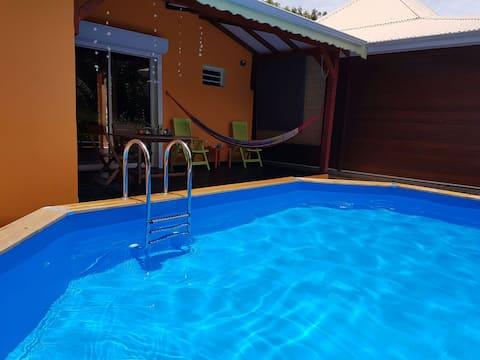 Paisible maisonnette avec piscine personnelle
