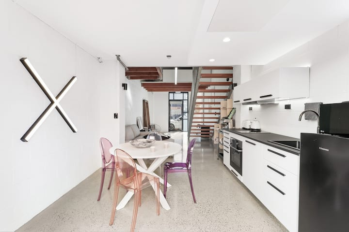 Bright & Modern 2-Bed Loft with City Convenience