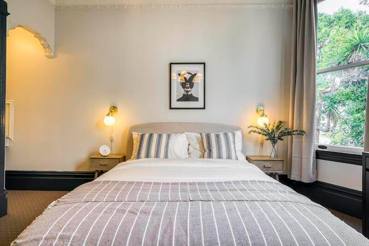 Spacious Queen Room in Haight Ashbury