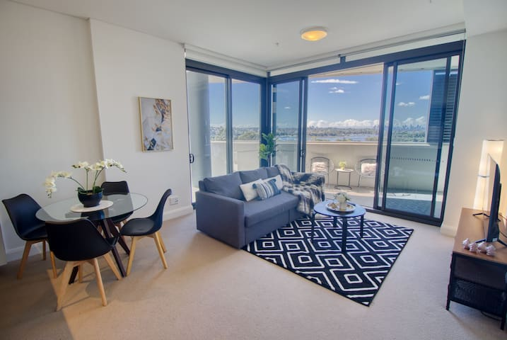 Sunny apartment with open space living room & great water views! Fast wifi and Aircon.