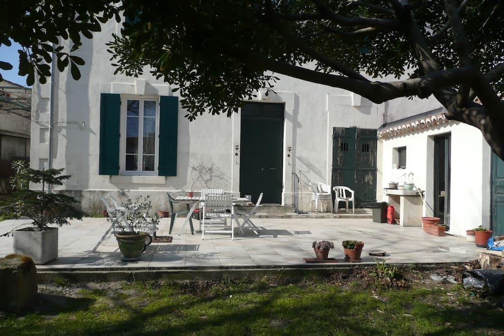 maison de caractère,grande terrasse,salon de jardin.