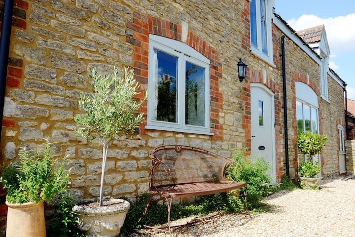 6 Bedroom Rural Family Home with Sauna near Bath.