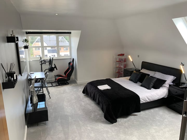 Large Room In  Penthouse 500m To Train Station