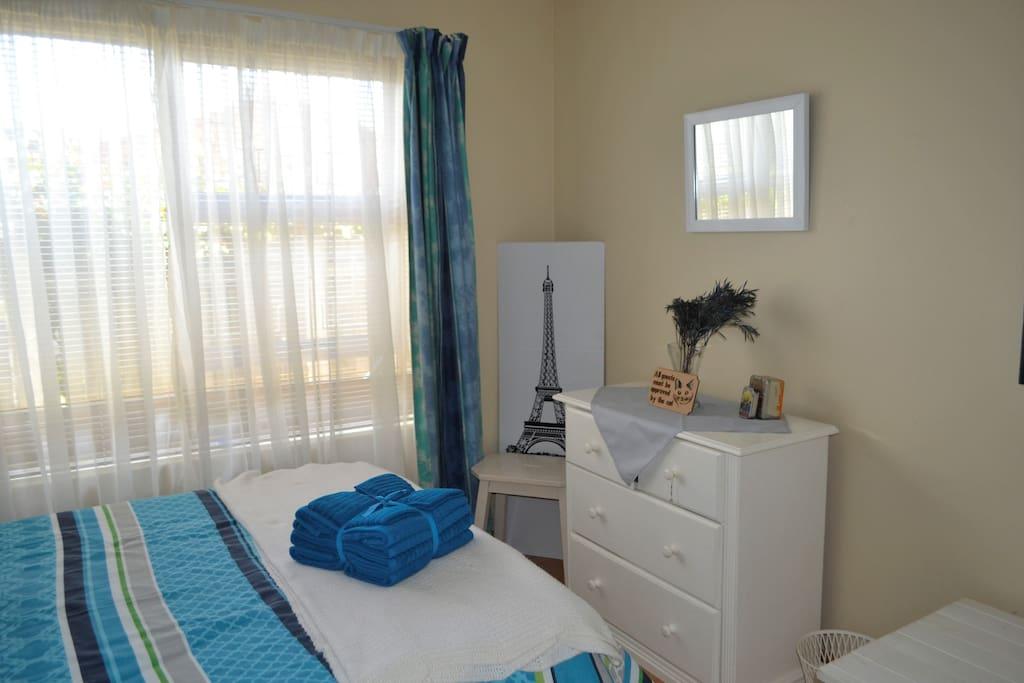 Single-bed guest bedroom