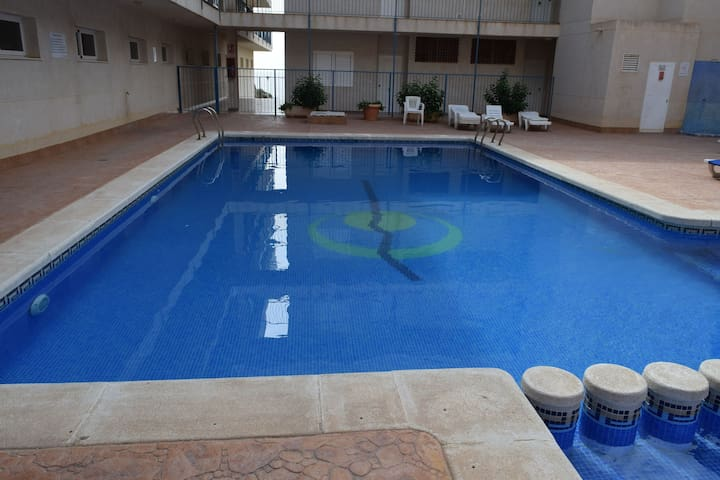 Amplio apartamento con piscina y parking privado
