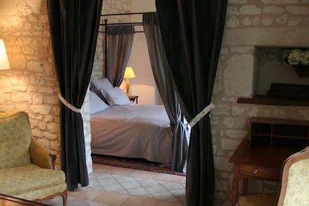 chambres d'hôtes de charme  - Bournand - 家庭式旅館
