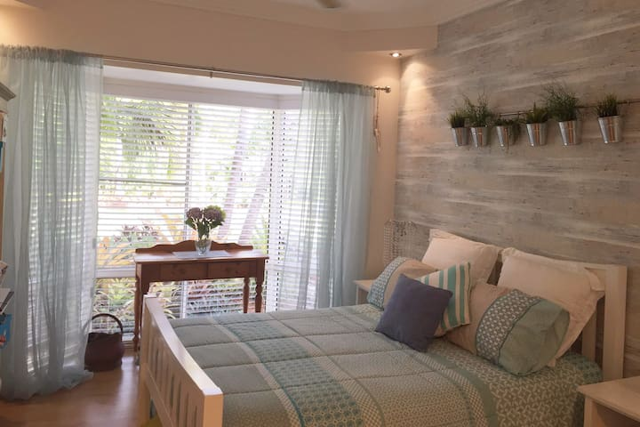 Kingfisher Private Room, Ensuite and Breakfast - Dundowran Beach