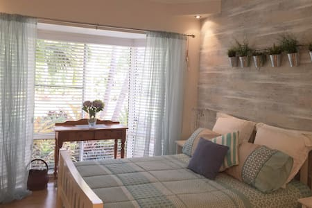 Kingfisher Private Room, Ensuite and Breakfast - Dundowran Beach - 家庭式旅館