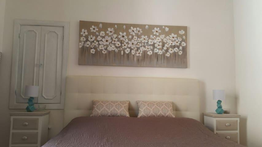 camera da letto matrimoniale con balcone al primo piano