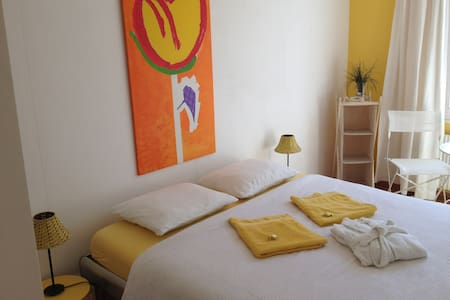 Colourful room at lake Thun - Hilterfingen - Bed & Breakfast